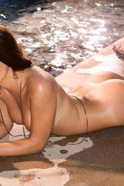 SSexy Brunette Tierra Lee Flashes Her Body