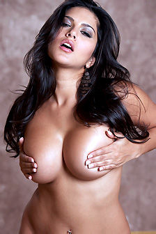 Sunny Leone Sexy Brunette Babe Gets Nude