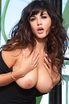 Sunny Leone Unleashes Her Tits